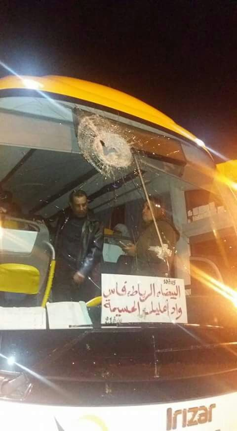 """خطير.. حافلة تقل عائلات معتقلي حراك الحسيمة قادمة من الدار البيضاء تتعرض ل""""هجوم"""" بالطريق السيار"""
