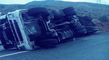 الدريوش.. انقلاب شاحنة على الطريق الساحلية تخلف خسائر مادية جسيمة