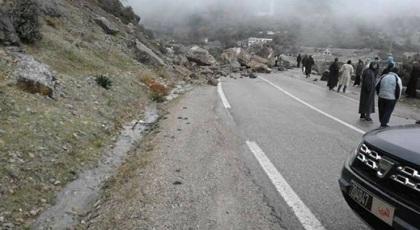 بالصور.. انقطاع الطريق الرابطة بين الحسيمة وتطوان بسبب سقوط أحجار صخرية كبيرة الحجم