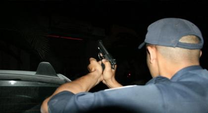 مثير.. رجل أمن يطلق 3 رصاصات لإيقاف شخص معروف بأفعاله الإجرامية