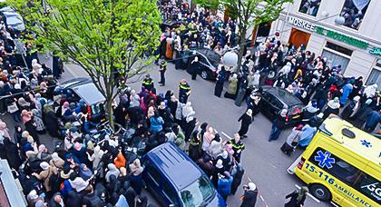 بالصور.. المئات يشاركون في جنازة مغربية ماتت حرقا بدينهاخ الهولندية