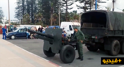 """شاهدوا الفيديو.. عناصر القوات المسلحة الملكية تطلق """"مدفع رمضان"""" بكورنيش المدينة"""