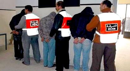 """أمن وجدة يعتقل 4 أشخاص بحوزتهم 200 قنينة """"كريموجين"""" و 11 مسدس كهربائي"""