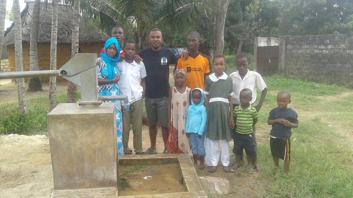 مؤثر بالصور.. سكان جزيرة فقيرة بكينيا تدعو للناظوري بوهدوز وتشكره على بنائه سقاية ماء للمعوزين