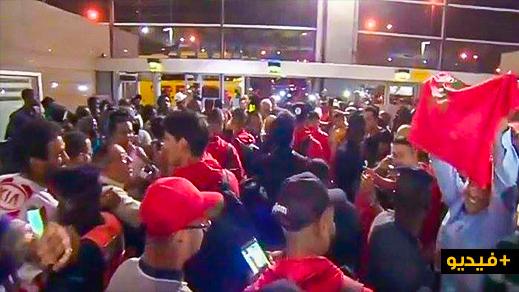 """الجماهير المغربية تعتصم على متن طائرة """"لارام"""" بعد تركها في روسيا بدون مأوى ولا مأكل"""