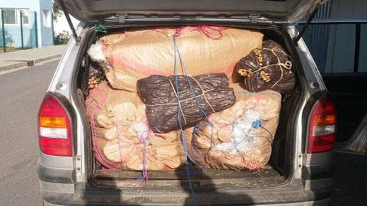 غريب.. القبض على شخصين حاولا تهريب 15 كيس من الحشيش إلى الخارج عبر سيارتهما