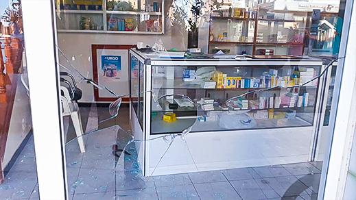 مختل عقليا يهاجم صيدلية و يكسر زجاجها بجماعة دار الكبداني