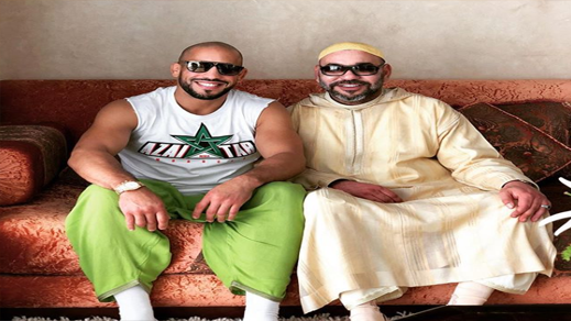 طنجة.. هكذا يقضي الملك محمد السادس عطلته رفقة البطل الريفي أبو زعيتر