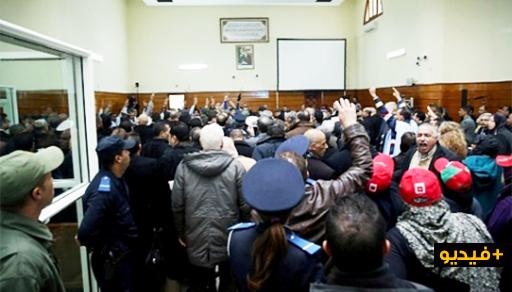 """مثير.. معتقلو حراك الريف يؤدون جماعة رائعة """"خالد ازري"""" داخل المحكمة"""