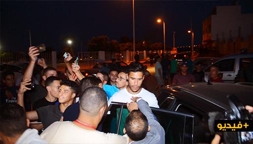 شاهدوا.. مواطنون يحاصرون سيارة حارس المنتخب المغربي ضواحي الناظور