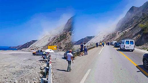 بالصور.. إنهيارات صخرية تفاجئ مستعملي الطريق الساحلية الرابطة بين الحسيمة وتطوان