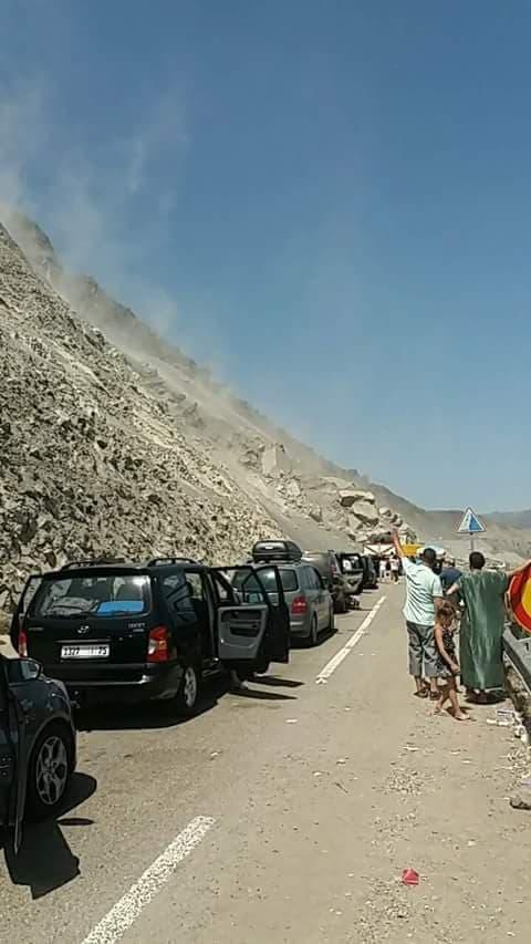 للمرة الثانية على التوالي.. إنقطاع مؤقت للطريق الساحلية الرابطة بين الحسيمة وتطوان بسبب إنهيار صخري