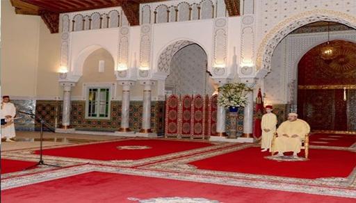 والي بنك المغرب يسلم للملك بالحسيمة التقرير السنوي للبنك المركزي حول الوضعية الاقتصادية والنقدية للمغرب