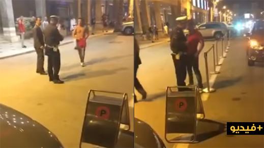 """شاهدوا.. مواطن سعودي """"سكران"""" يعربد على شرطي مغربي في الشارع العام"""