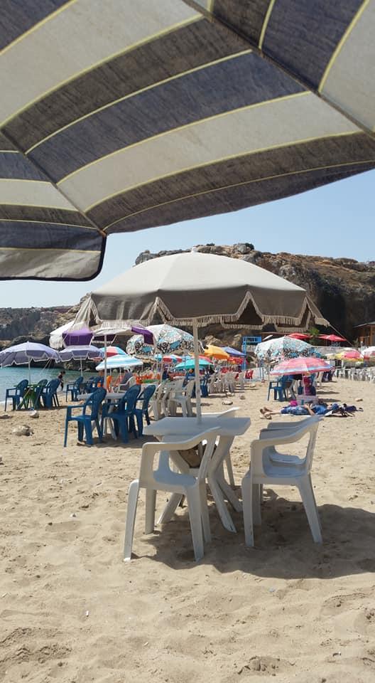 بالصور.. ظاهرة إحتلال الشواطئ بالمظلات والكراسي في الحسيمة تثير إستياء المصطافين