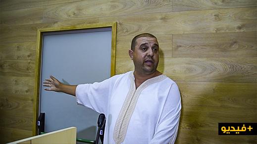"""شاهدوا.. قيادي نقابي يتضامن مع معتقلي """"الحراك"""" و يحرج ممثلي أحزاب معروفة في لقاء سياسي بالناظور"""