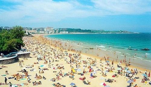 الصحافة الإسبانية: بسبب إنخفاض الأسعار.. شاطئ مليلية يستقطب نسبة قياسية من المصطافين المغاربة