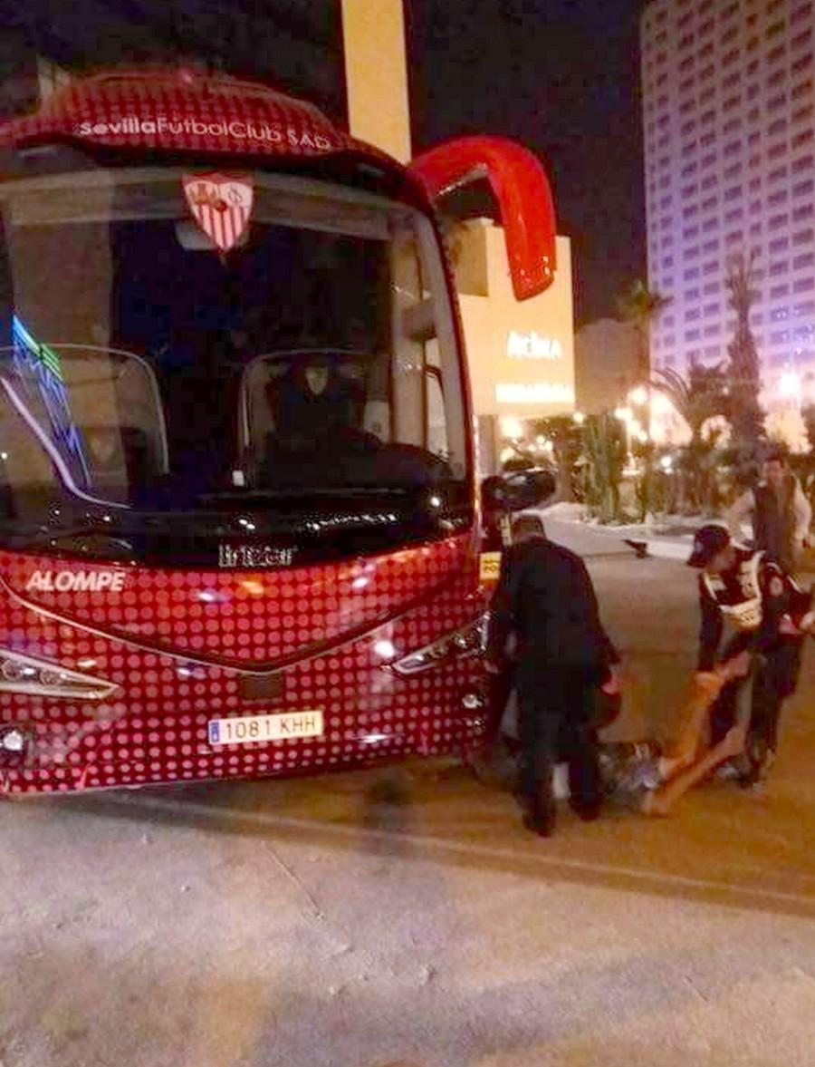 """فضيحة.. تسلل """"حراكة"""" لحافلة فريق اشبيلية بطنجة يثير موجة سخرية على مواقع التواصل"""