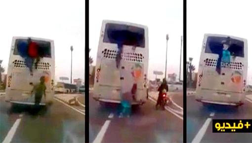 بالفيديو.. مهاجرون أفارقة مرحلون من الناظور يفرون بطريقة مثيرة من حافلة بعد تكسير زجاجها الخلفي