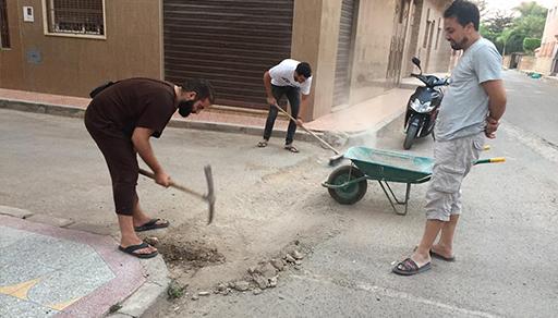 """بعد فقدان الثقة في المسؤولين.. ساكنة حي """"السكة"""" بالعروي تقوم بحملة نظافة وإصلاح للشوارع"""