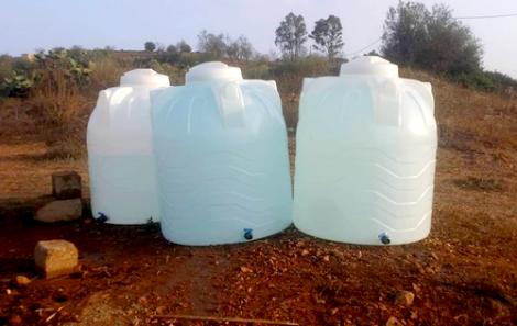 سلطات الحسيمة توزع صهاريج الماء الشروب على سكان الدواوير المعزولة