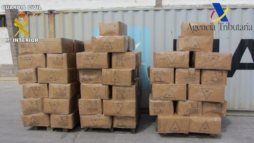 بالصور.. ضبط ملابس وأحذية مقلدة بقيمة ثلاثة ملايين يورو بميناء مليلية كانت موجهة للترويج بالمغرب