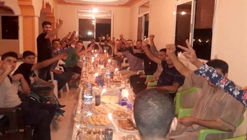 """الحسيمة.. هكذا احتفل شباب """"آيت قمرة"""" بالمعتقلين المستفيدين من العفو الملكي"""