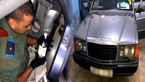 بالصور.. جمارك معبر فرخانة تحجز سيارة وتحبط تهريب كمية من المشروبات الكحولية