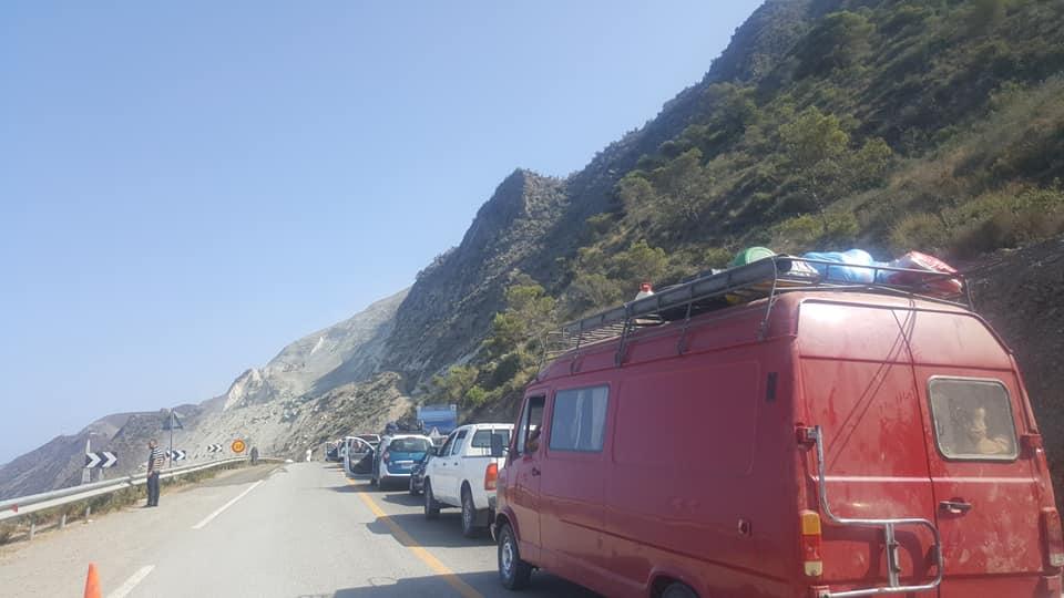 إنهيار صخري يقطع الطريق الساحلية بين الحسيمة وتطوان في وجه حركة المرور