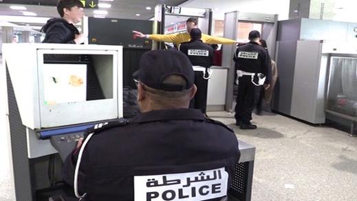 فضيحة.. توقيف شرطيين متهمان بسرقة هاتف مهاجر مغربي في المطار