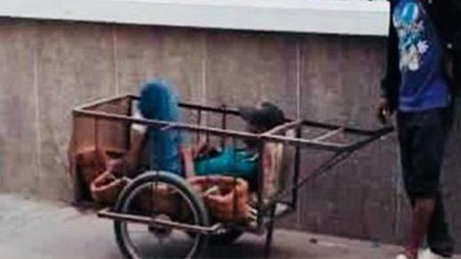 """نقل مريض على متن """"كروصىة"""" إلى مستشفى الفارابي بوجدة يثير استياءً على مواقع التواصل الاجتماعي"""