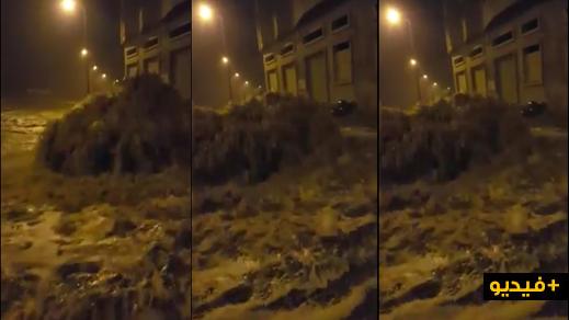 إنفجار بالوعة للصرف الصحي يحول الحسيمة الى بحيرة مائية ونشطاء يحملون المسؤولية لمجلس المدينة