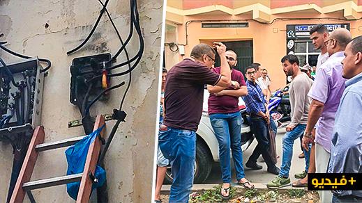 """سكان """"الحي الإداري"""" بالناظور يحتجون ويشترطون حضور مدير مصالح الكهرباء لإيجاد حل لمعاناتهم المستمرة"""