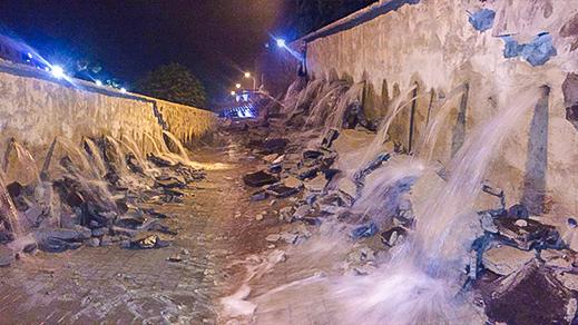 """إنفجار أنبوب للماء الشروب يحول حي """"ترقاع"""" بمدينة الناظور إلى بركة مائية"""