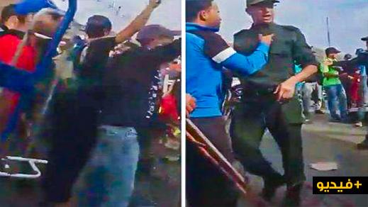 """بالفيديو.. حشد من الشباب المغاربة يحتجون أمام معبر """"سبتة"""" ويطالبون بإسقاط الجنسية"""