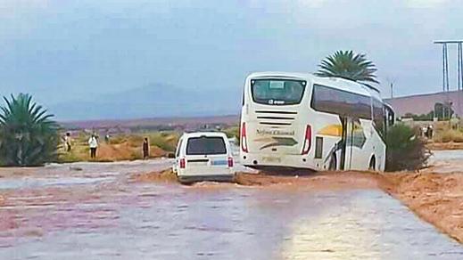 بالصور.. حافلة إنطلقت من الناظور كادت أن تجرفها مياه الأمطار قبل وصولها الى وجهتها