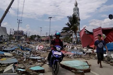 صور.. زلزال وتسونامي يحصد حياة أزيد من 300 شخص باندونيسيا