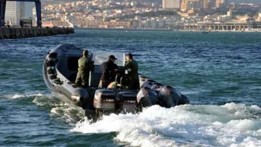 درك راس الما يحبط هجرة 52 مغربيا على متن قارب مطاطي ويعتقل شبكة من 5 أفراد