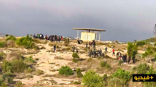 شاهدوا.. أزيد من 200 مهاجر يقتحمون سياج مليلية ووفاة شخص بسبب شفرات السياج الشائك