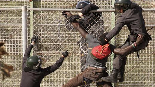 إصابات في صفوف الحرس المدني الإسباني بمليلية بعد إقتحام مهاجرين للسياج الحدودي