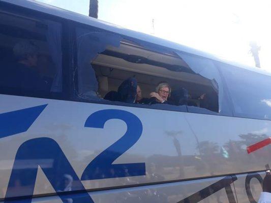 بالصور.. تلاميذ يخربون حافلة سياحية بسبب التوقيت الجديد ويثيرون الهلع وسط السياح