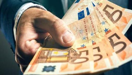 بينهم مغاربة.. عمال يتلقون مكافأة 30 ألف يورو عن طريق الخطأ