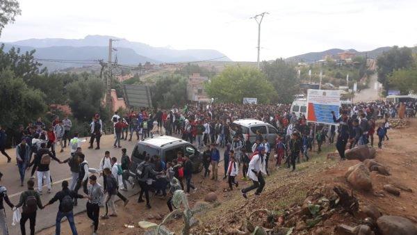 خطير.. احتجاجات التلاميذ تتحول إلى التراشق بالحجارة مع قوات الأمن