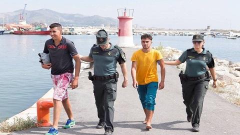 وزير الداخلية الإسباني: حكومتنا تعمل مع الرباط لترحيل القاصرين المغاربة لبلدهم