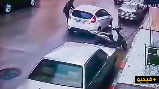 """بالفيديو.. شاهد كيف سرق حارس """"مزيّف"""" سيارة سيدة في واضحة النهار"""