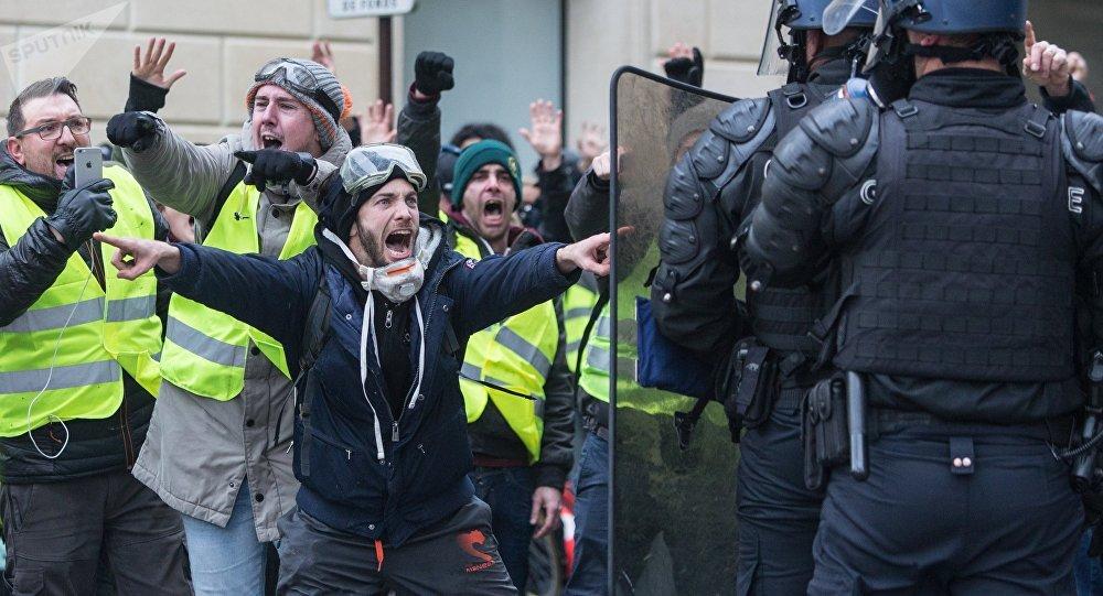 """السلطات الفرنسية تلوح بـ""""حالة  الطوارئ"""" لمواجهة احتجاجات السترات الصفراء"""