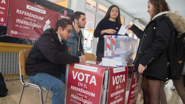 """القلق يسود الجالية المغربية بإسبانيا بعد فوز حزب """"فاشي"""" في الانتخابات بالأندلس"""