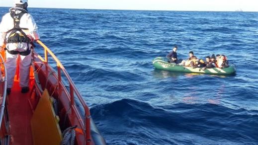 البحرية الإسبانية تُنقذ 8 قاصرين مغاربة كانوا على متن قارب مطاطي قرب أطريفة