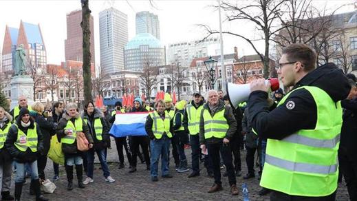 بعد باريس وبروكسل.. السترات الصفراء تخرج للإحتجاج بأمستردم وتطالب باستقالة الحكومة