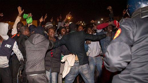 مهاجرون يشهرون أسلحة بيضاء في وجه أمنيين منعهوم من الحريك